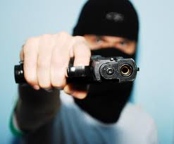 Hieren de un disparo a comerciante al ser asaltado cuando llegaba a su vivienda