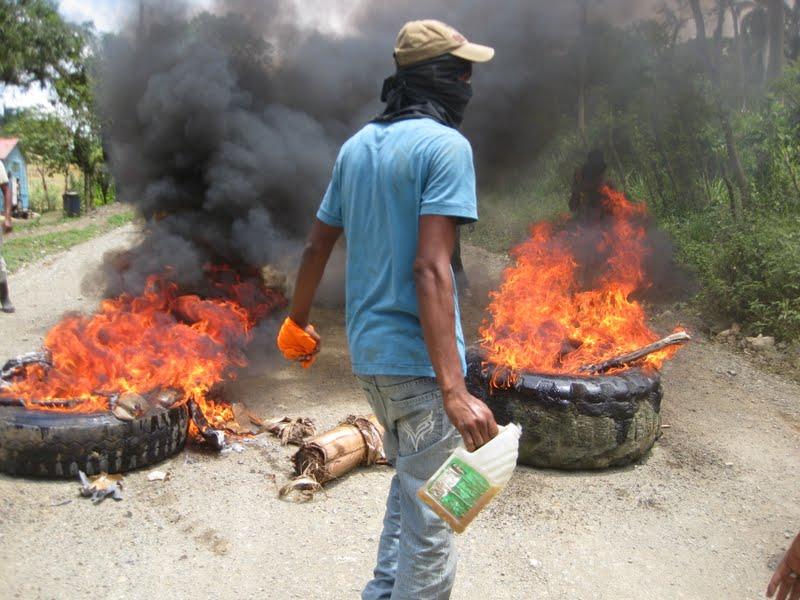 Anamuya : Turistas quedan varados en medio protesta choferes por el arreglo de un camino vecinal