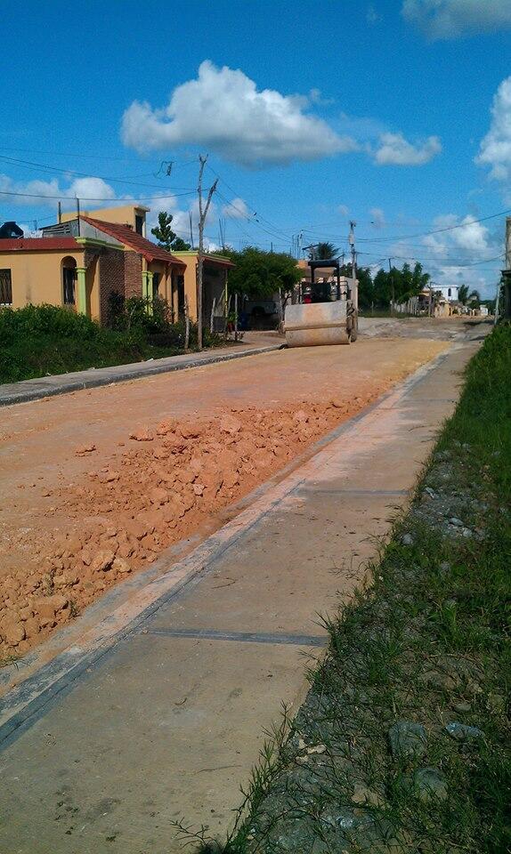 Las Caobas: Ayuntamiento construye aceras y contenes en la calle Apocalipsis.