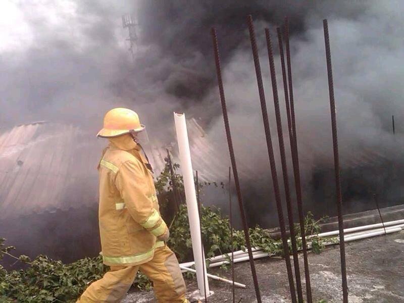 Imagenes: Intenso fuego en Maderas Roant