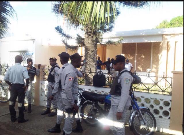 Lanzan bombas caseras a consulado haitiano en Higüey.