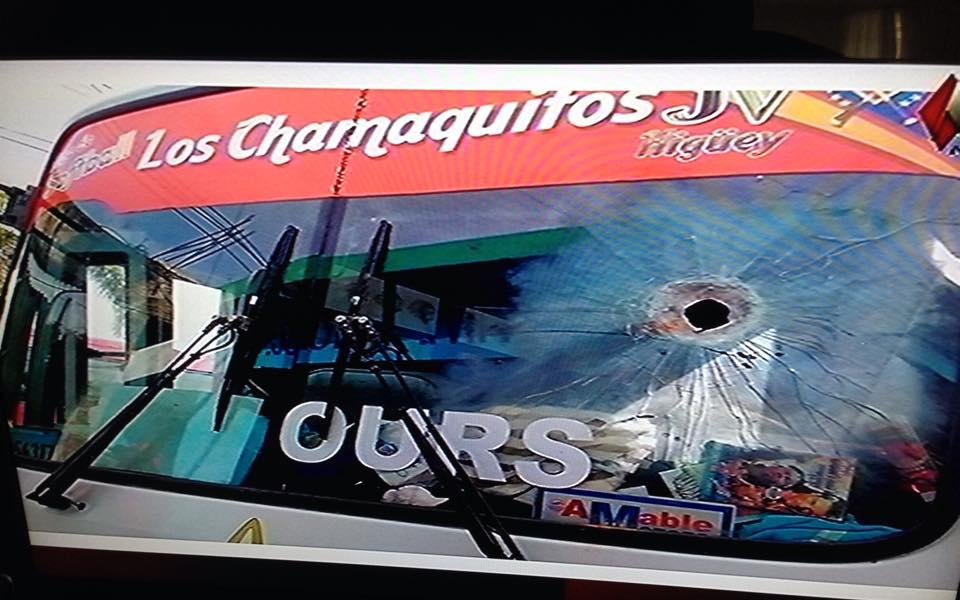 Atacan con bomba molotov autobús lleno de pasajeros y causan heridas al chófer en medio de huelga.