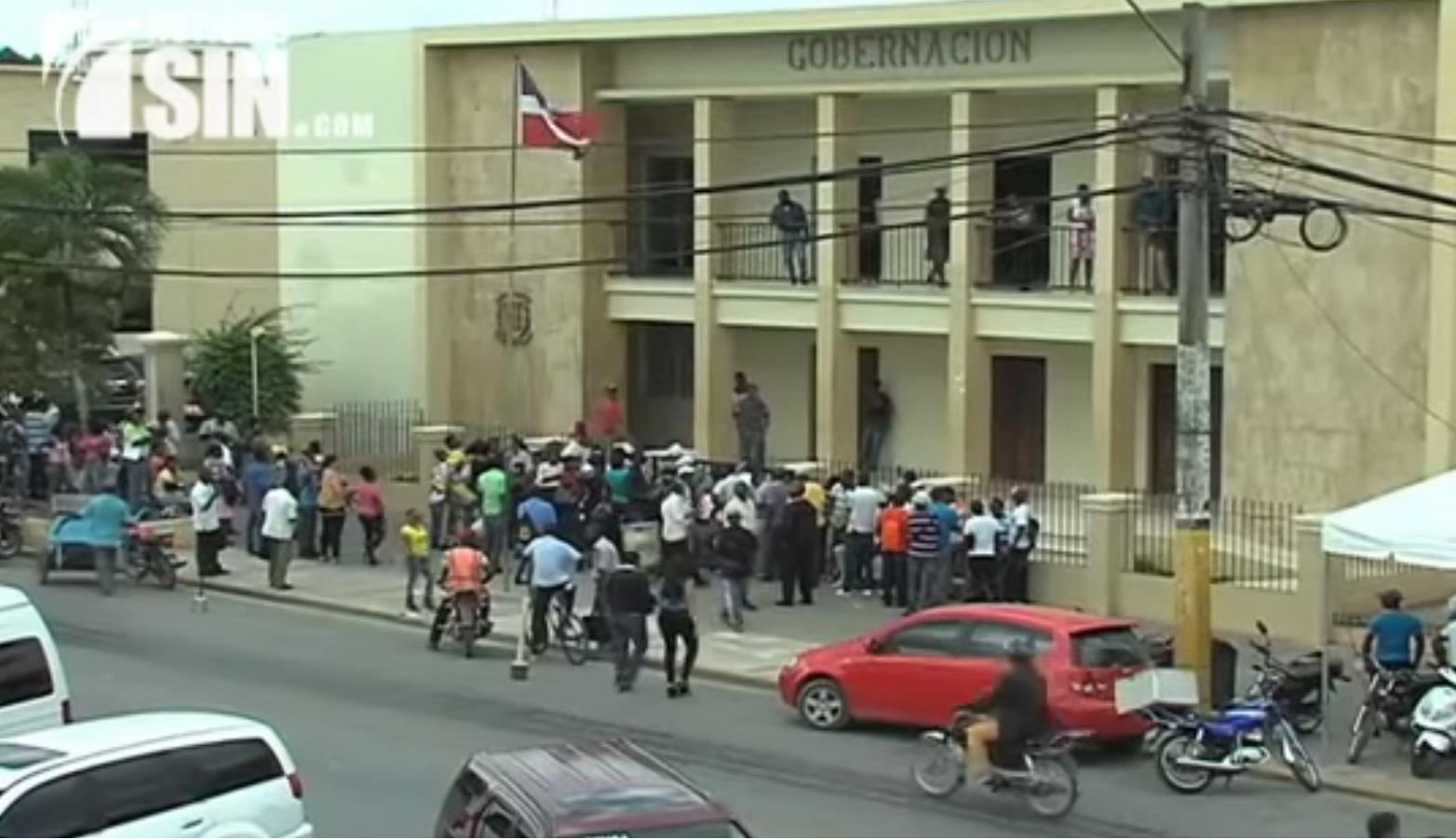 Extranjeros acuden en masas a depositar papeles a oficina en Higüey