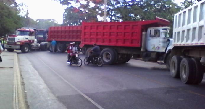 Mas de 200 camiones bloquean las entradas y salidas de Higuey.