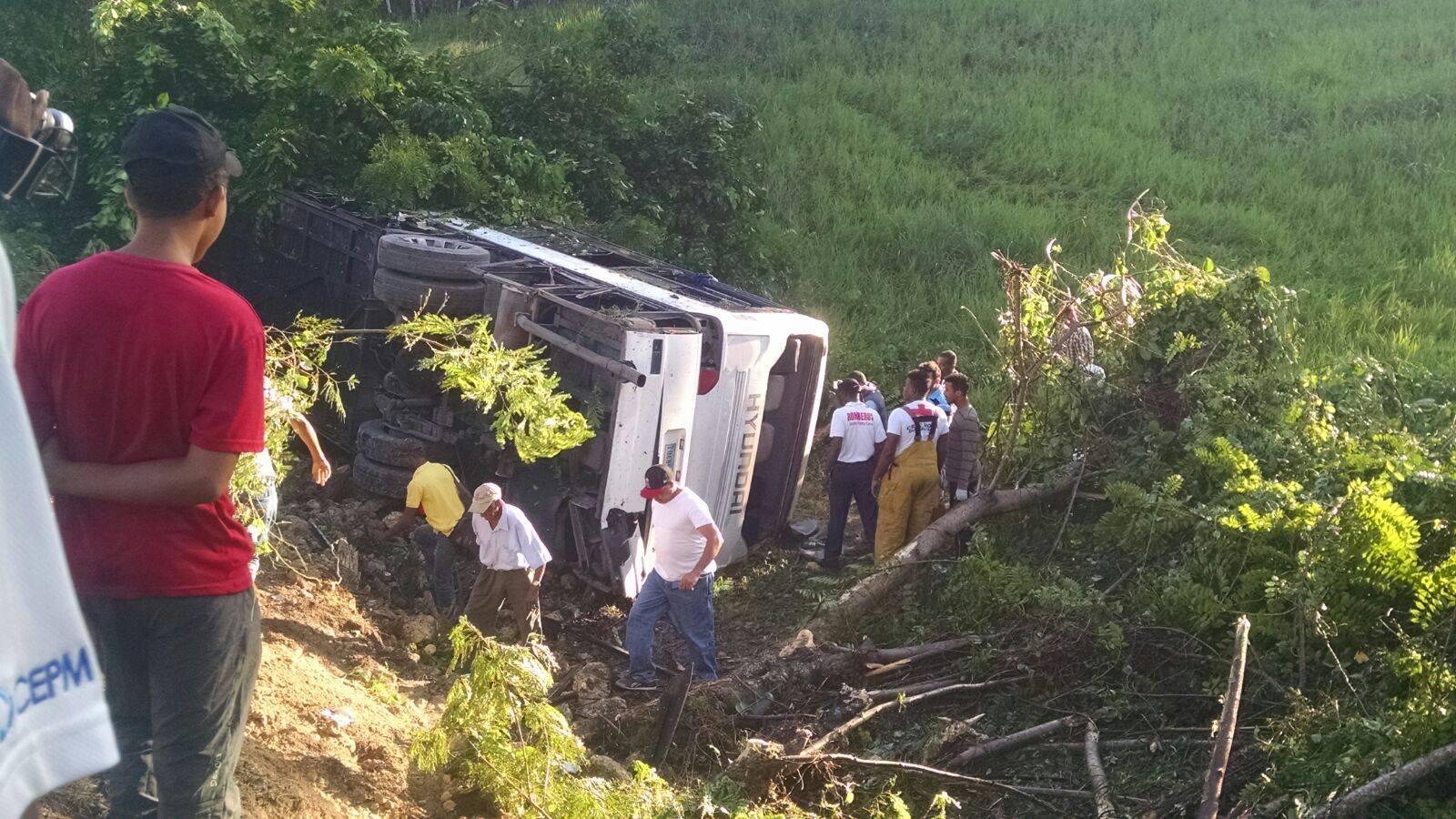 Una mujer fallecida y 37 personas heridas fue el saldo que dejo el accidente en la carretera Cruz isleño-Macao.