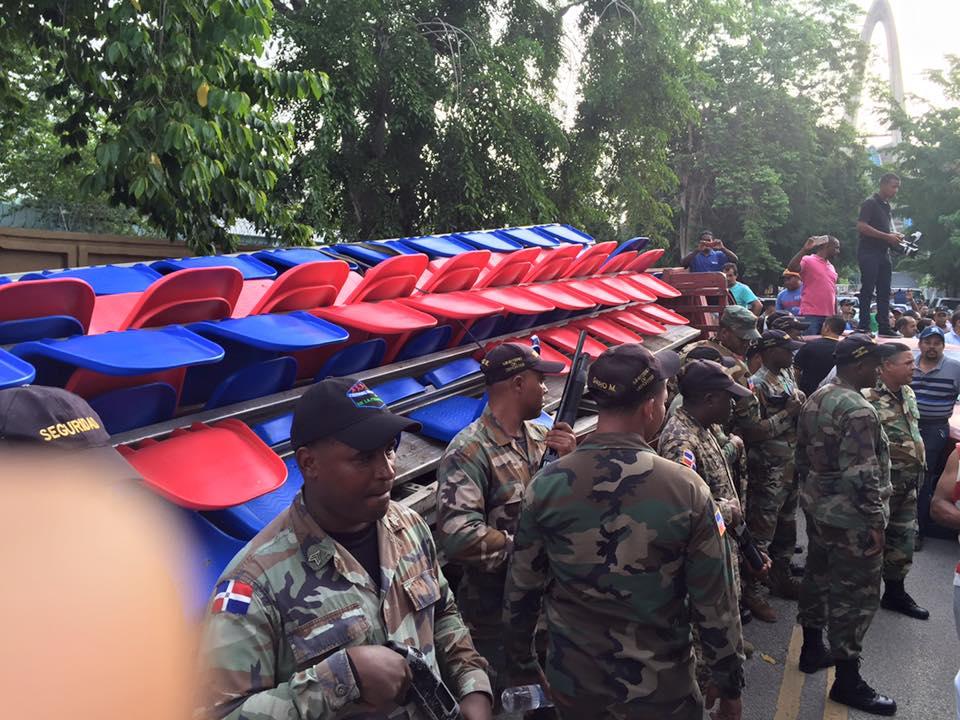 Momento de tensión en  Multiuso Higüey, militares trataban de llevarse butacas por la fuerza.