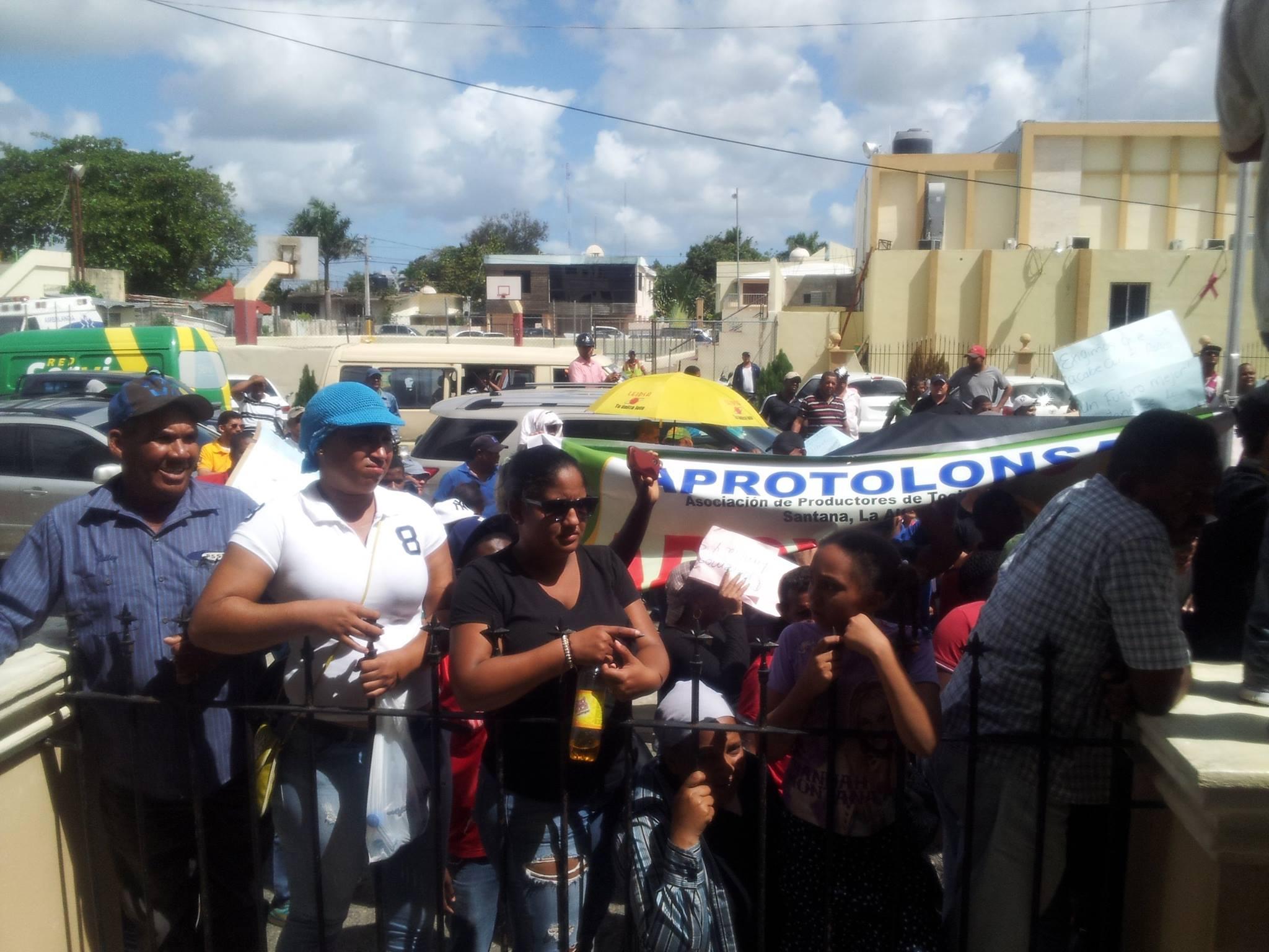 Residentes de la comunidad de Santana realizan marcha hasta la gobernación y el ayuntamiento.