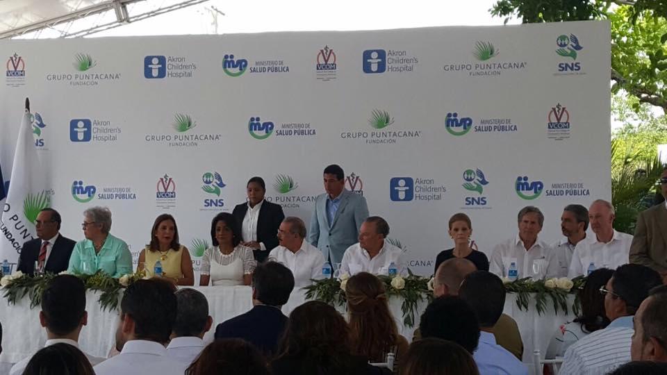 Verón: Presidente Medina y su esposa asisten a inauguración de centro pediátrico.
