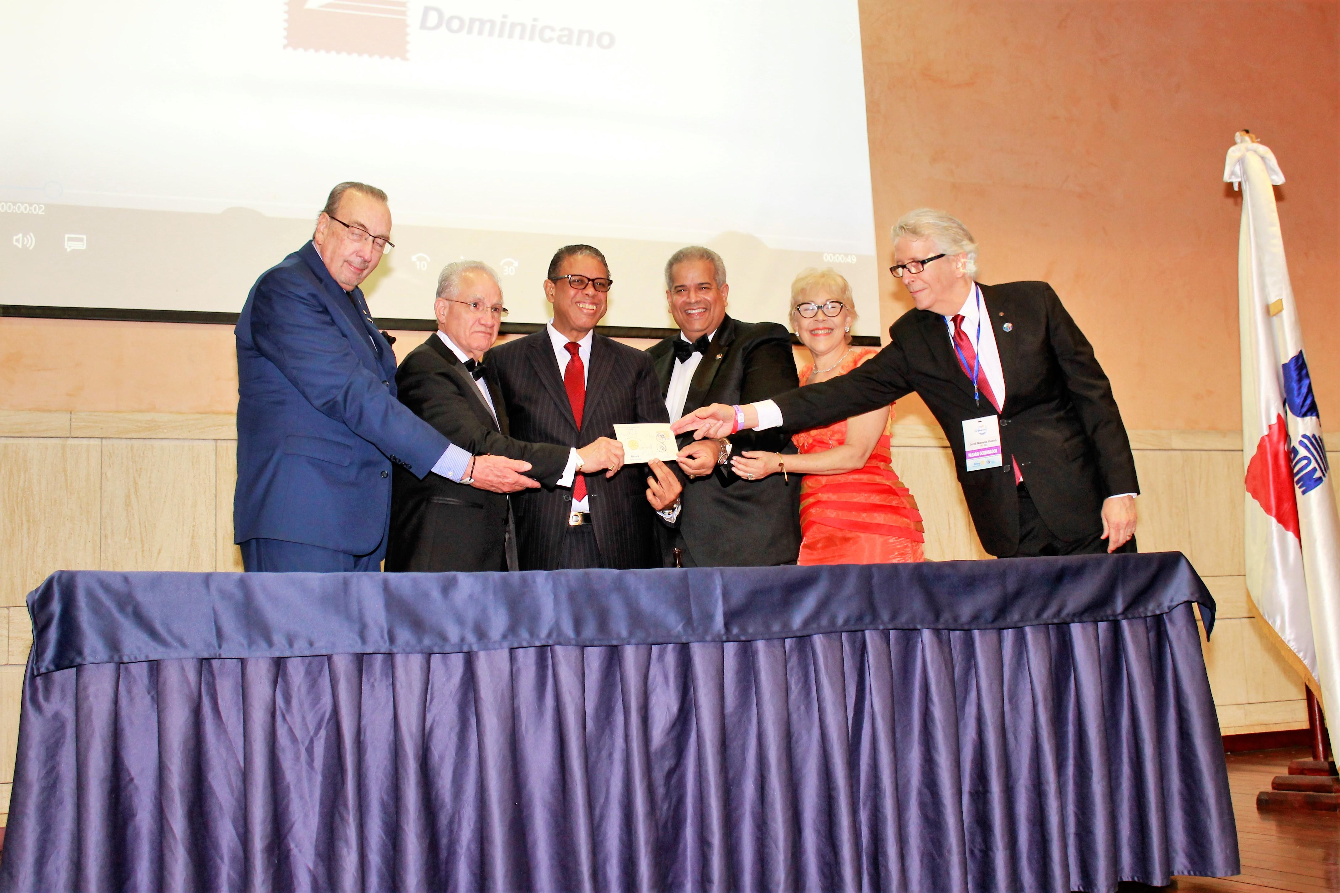 [Bávaro] INPOSDOM pone a circular emisión postal conmemorativa al 75 aniversario del Club Rotario.