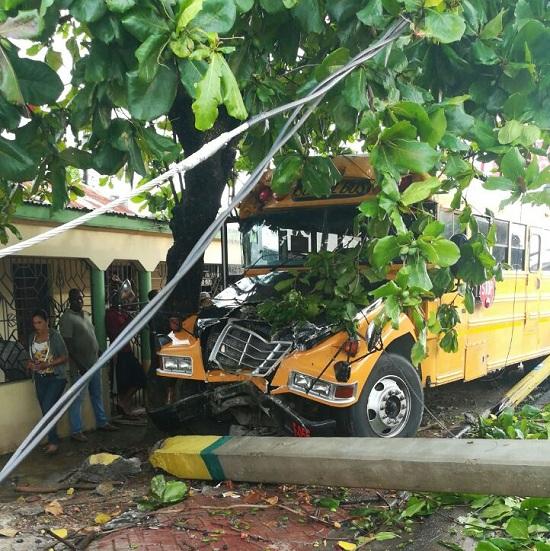 [Guagua Amarilla] Vehiculo de transporte hotelero se estrella contra poste de luz en la otra banda.