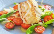 Como preparar Bacalao fresco con ensalada de tomate.
