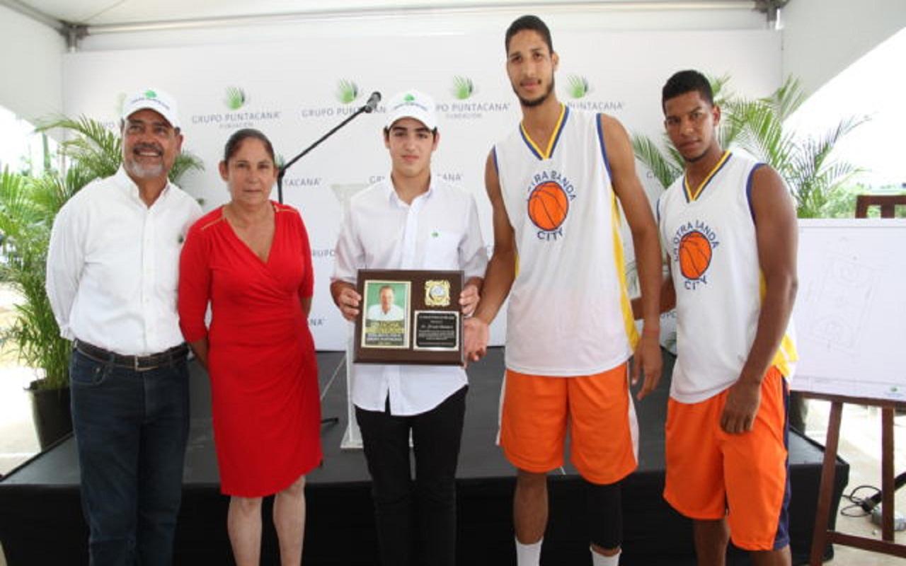 Grupo Punta Cana inaugura cancha de baloncesto en La Otra Banda.