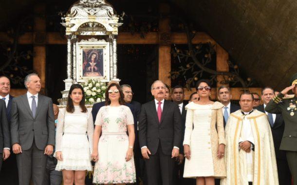 El presidente de la República Dominicana, Danilo Medina llega a la Basílica de Higüey.
